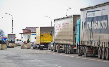 В Баку скопились сотни грузовиков, ожидающих погрузки на паромы в Актау