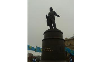 В Атырау установили памятник автору Гимна страны Жумекену Нажимеденову