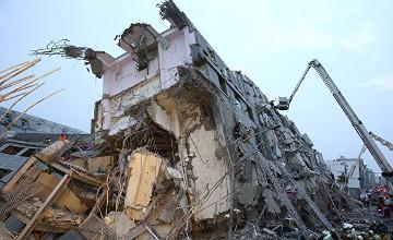 Құтқарушылар Тайваньдағы үйінділерінің астынан тірі қалған тағы екі адамды алып шықты