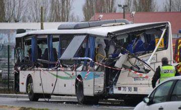 Францияда мектеп автобусы мен жүк көлігі соқтығысты: алты бала опат болды