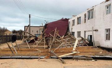 В Каракиянском районе Мангистау начали восстанавливать сорванную крышу многоквартирного дома