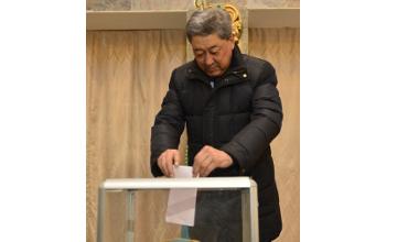 Аким Атырауской области проголосовал на выборах