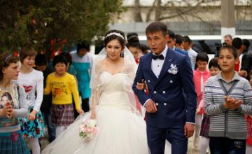 В Таразе молодожены покатали сирот на свадебном лимузине (ФОТО)