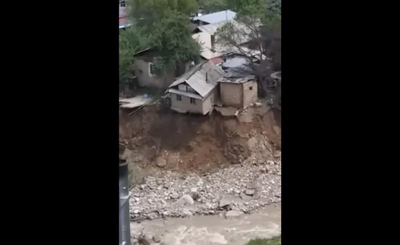 В Алматы баня обрушилась в реку Есентай (ВИДЕО)