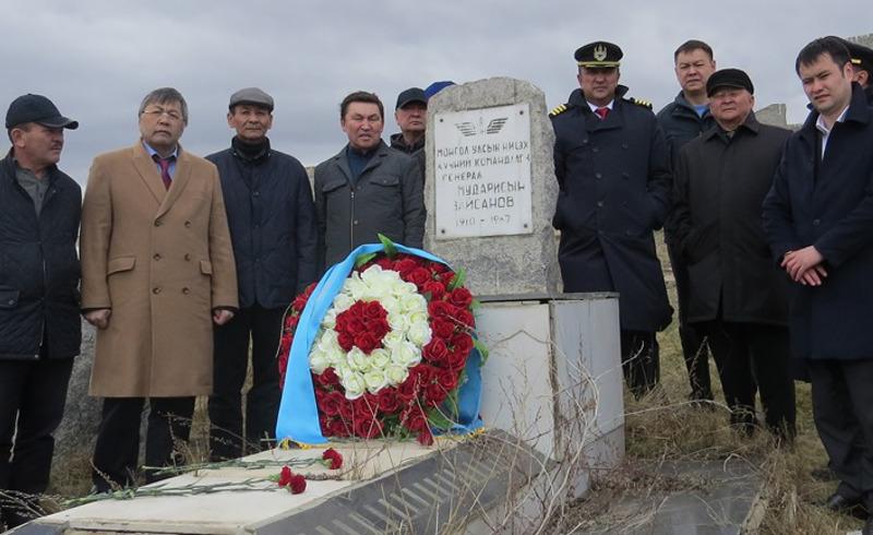 В Улан-Баторе почтили память героя войны, экс-командующего ВВС Монголии М.Зайсанова (ФОТО)