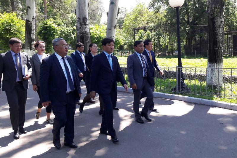 Зоопарк Алматы останется в коммунальной собственности - Б.Байбек