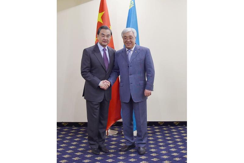 Глава МИД КНР: Китай и Казахстан готовы укреплять экономическое сотрудничество