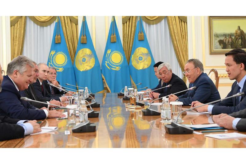 纳扎尔巴耶夫总统同国际顾问委员会成员举行会谈