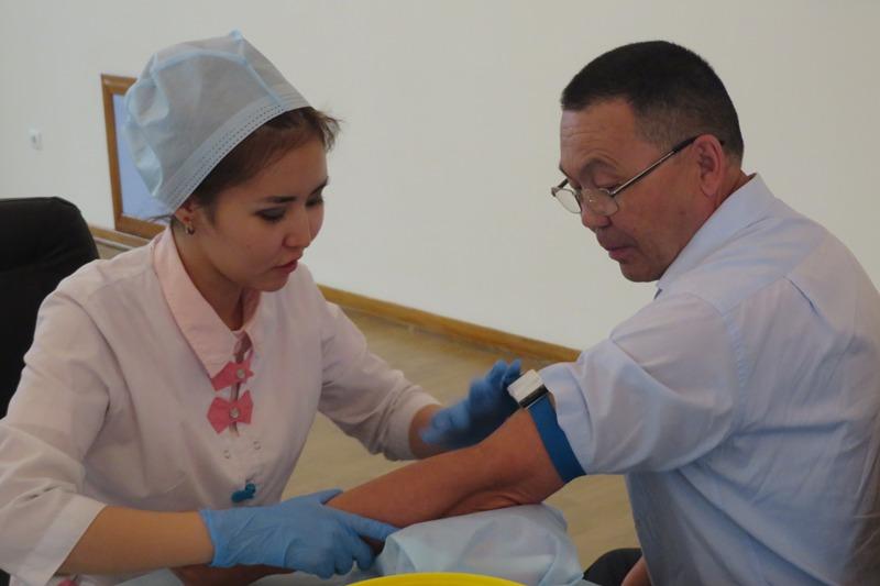 Актюбинские госслужащие сдали кровь в день защиты детей