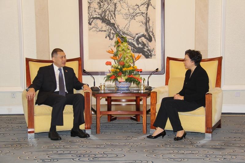 Посол Казахстана встретился с дочерью Дэн Сяопина
