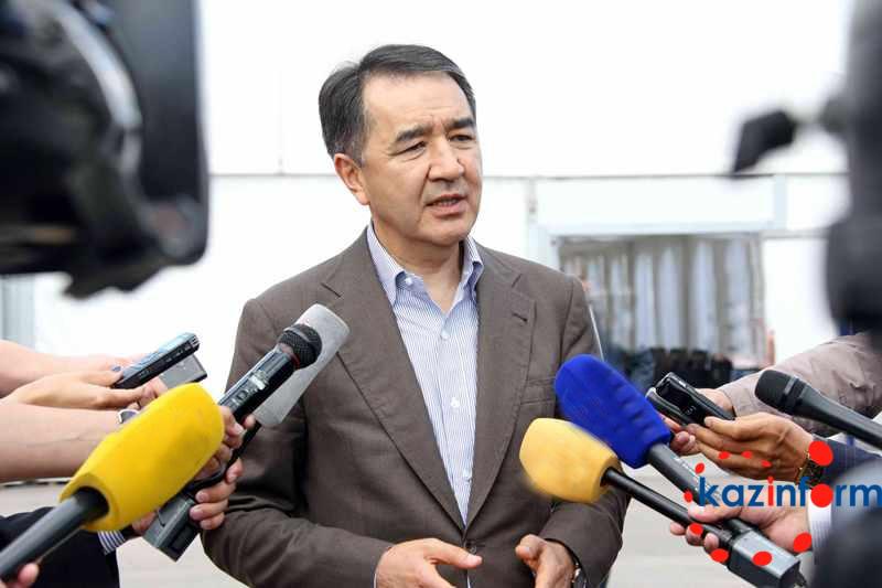 萨金塔耶夫总结土改委员会第5轮座谈会(图)