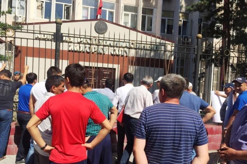 В Кыргызстане митингующие штурмуют Верховный суд (ФОТО)