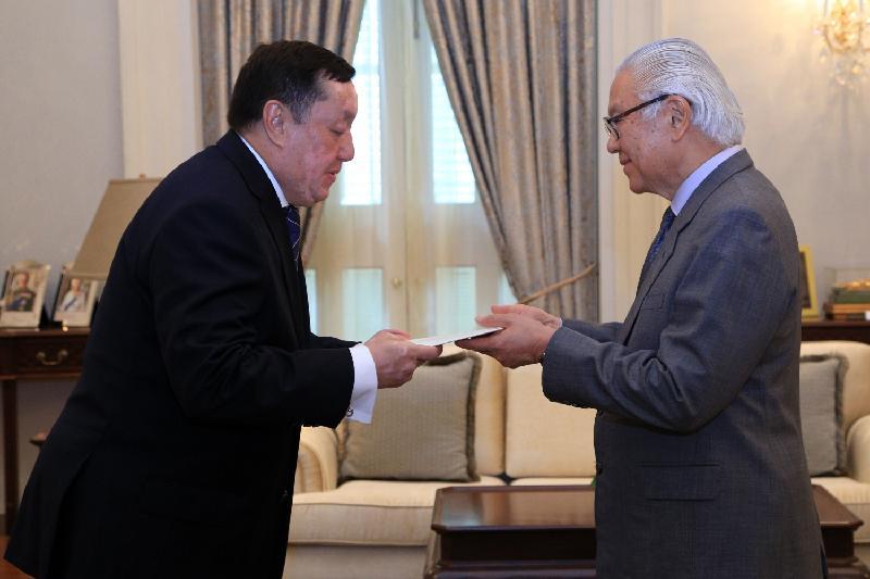 Посол Казахстана вручил верительные грамоты Президенту Сингапура