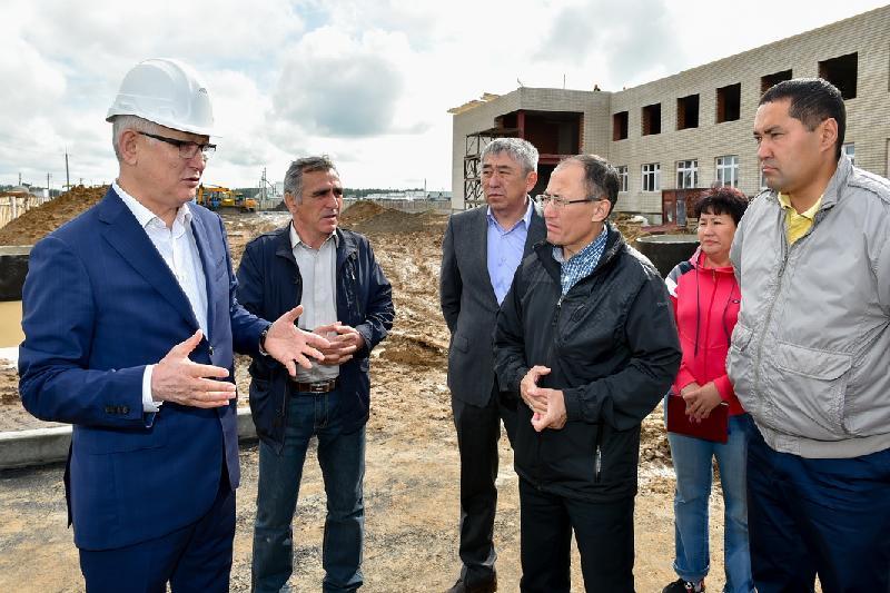 Аким СКО посетил строительные объекты региона