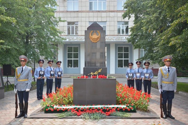 Сотрудники полиции СКО почтили память погибших при теракте в Алматы (ФОТО)