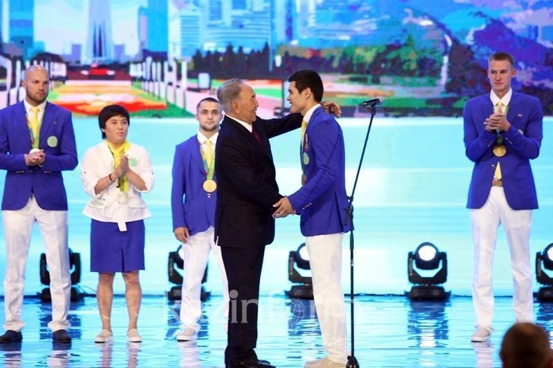 纳扎尔巴耶夫总统为里约奥运会金牌得主颁发国家奖章