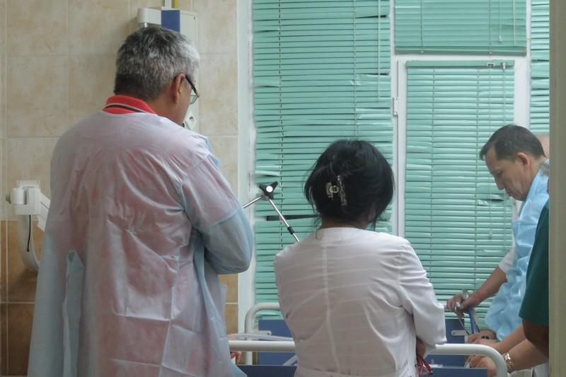 Ақтауда дәрігерлер педофильден зорлық көрген қызды Астанаға әкелетін болып шешті