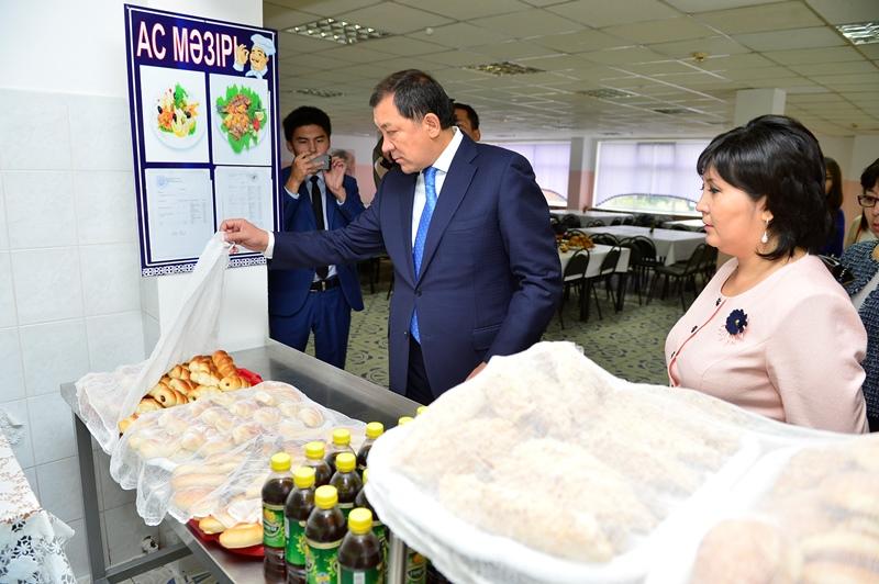 Аким Атырауской области проверил школьное меню первоклассников