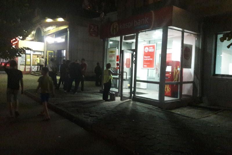 Грабитель стрелял в отделении Kaspi Bank в Алматы