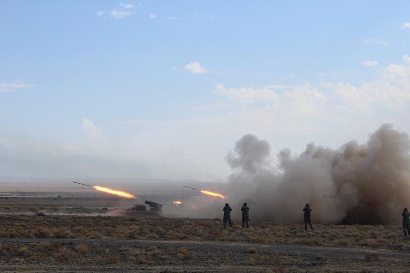 300 единиц техники и 2000 солдат участвуют в антитеррористических учениях ШОС