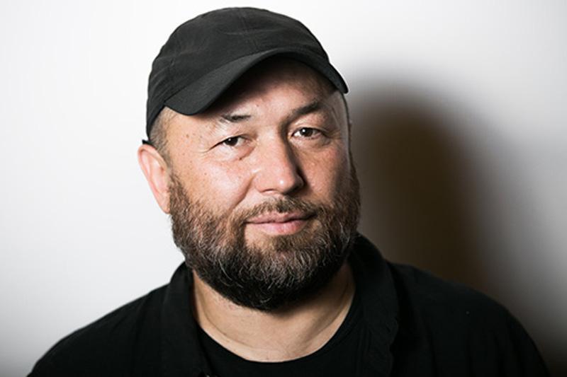 Тимур Бекмамбетов поздравил редакцию атырауской газеты, где работала его мама