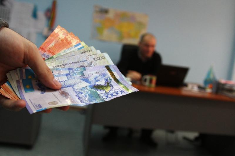 На миллион тенге оштрафовали за взятку атырауского чиновника