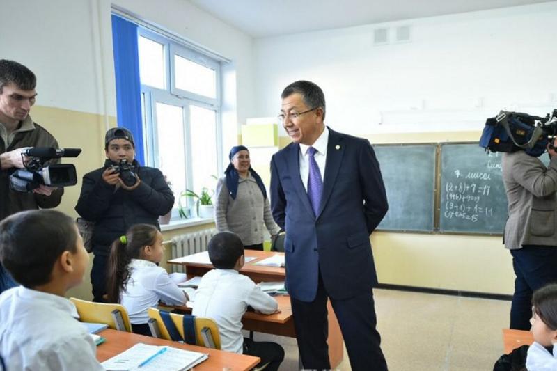 Аким ЮКО неожиданно нагрянул в школу Сайрамского района