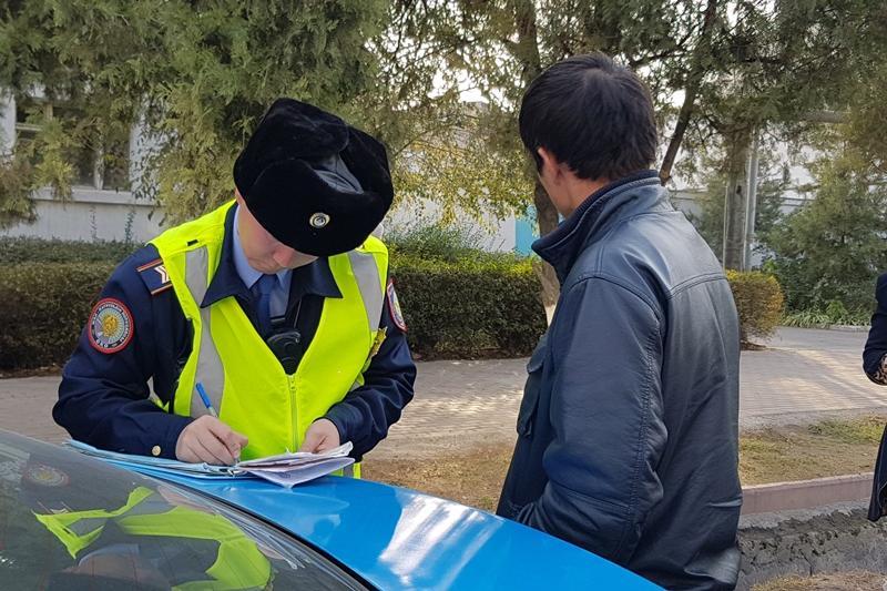 Лихач врезался в полицейскую машину в ходе рейда в Шымкенте