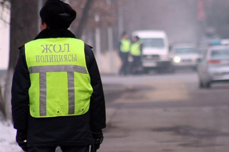 Мыть асфальт заставляют владельцев грязных грузовиков в Шымкенте