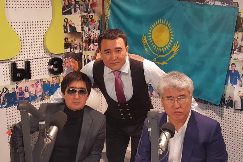 Министр Мұхамедиұлы әнші Мұқасан Шахзадаевты синтезатормен сүйемелдеді