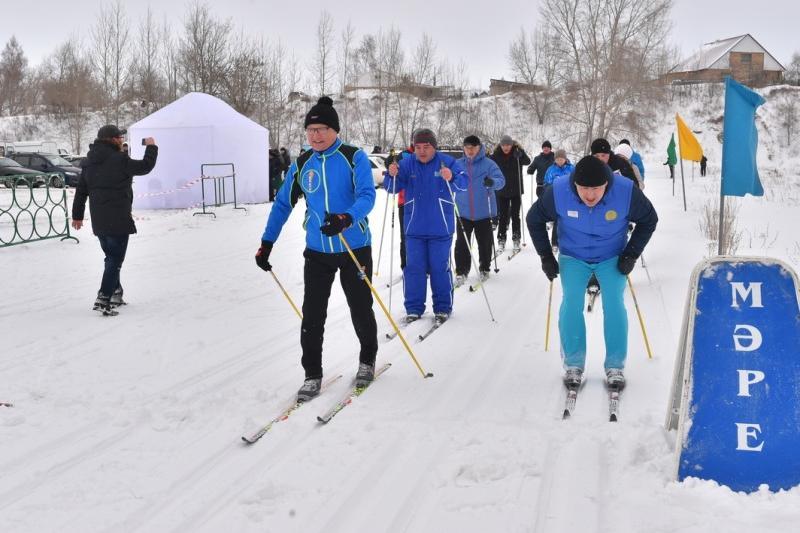 Ерік Сұлтанов әкімдік қызметкерлермен бірге шаңғы тепті
