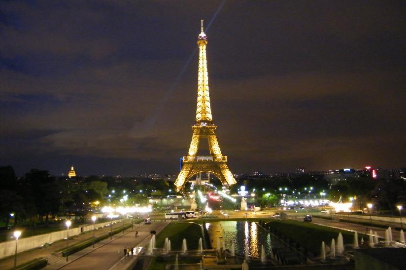 Парижде экстремалдар пойыз төбесіне мініп, Эйфель мұнарасының жанынан өтті