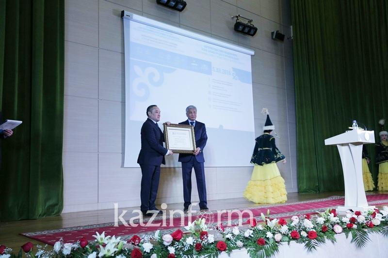 Сертификаты ЮНЕСКО о включении айтыса и юрты во Всемирный список передал Нацмузею Тасмагамбетов