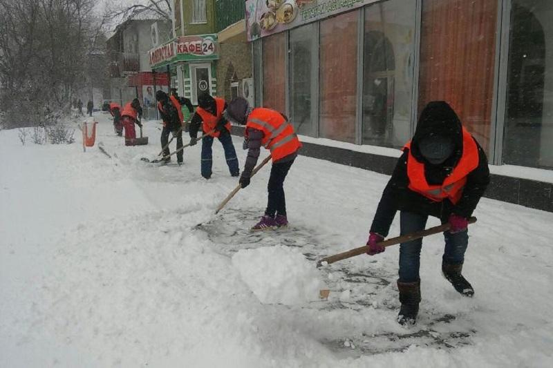 Более 300 рабочих очищают  Атырау от снега