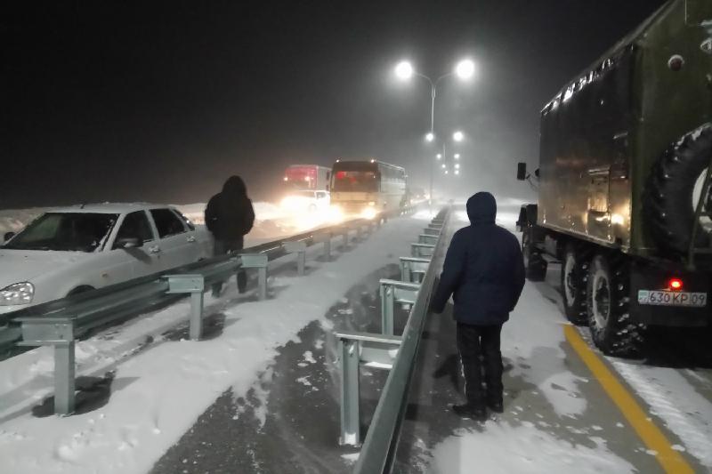Более 150 авто застряли в снежных заторах в Карагандинской области