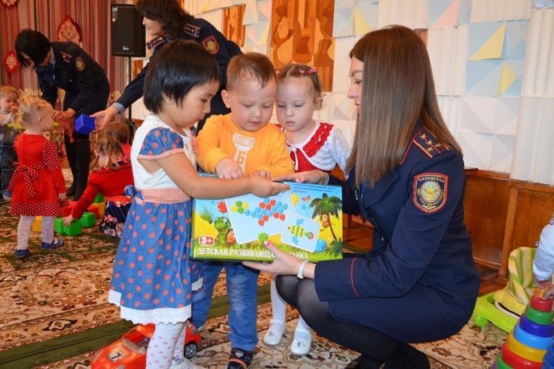 Алматы облысының полицейлері балаларға тосын сый жасады