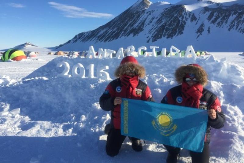 Казахстанские альпинисты водрузили флаг РК на высшей точке Антарктиды