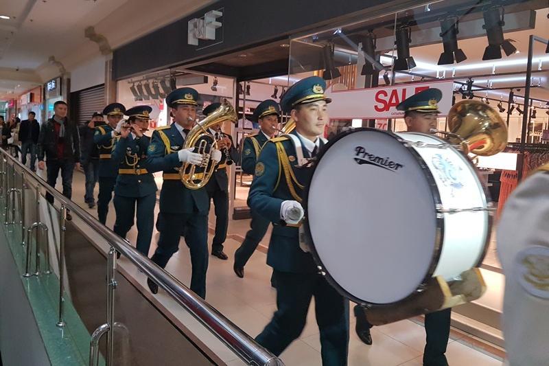 Военный оркестр необычным способом поздравил шымкентцев с Днем Независимости