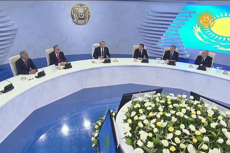 Nursultan Nazarbaev Astananyń qurylysy úshin tún ortasynda 50 mln dollar izdegen