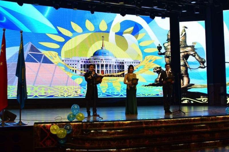 Студенты в Урумчи провели концерт к 25-летию Независимости РК