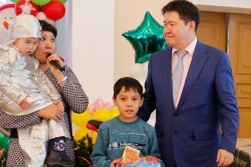 8-летний павлодарец попросил Деда Мороза помочь его больному братишке