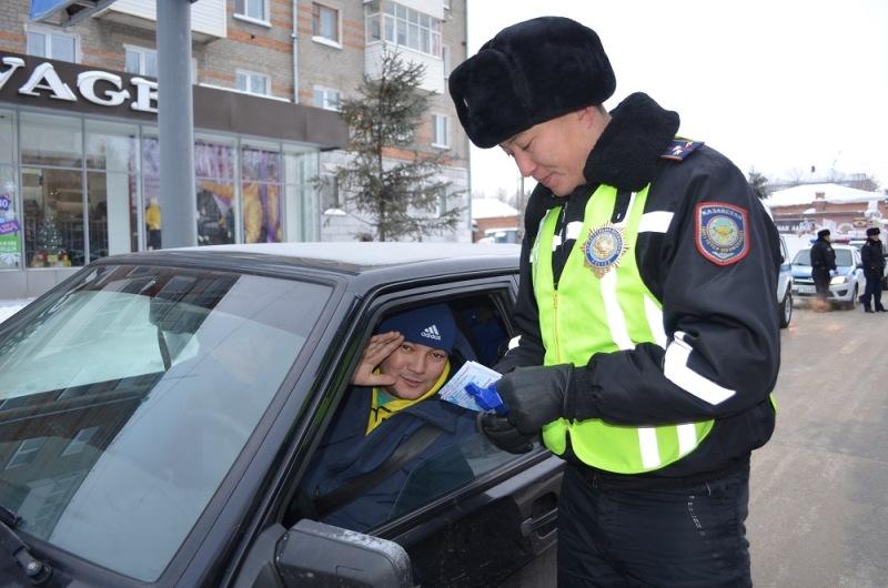 СҚО-да полицейлер жүргізушілерге хаттаманың орнына, сыйлықтар берді