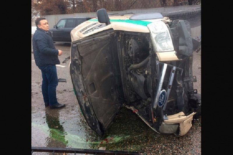 Водитель инкассаторской машины устроил ДТП в Алматы