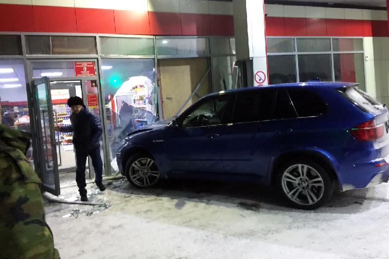 Водитель BMW въехал в здание АЗС в Караганде
