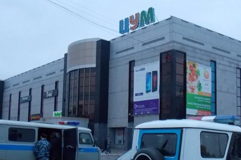 400 человек эвакуировали из ЦУМа Караганды из-за телефонного звонка