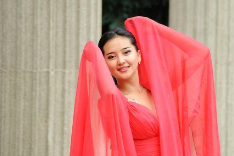 Казахстанские звезды распродают наряды для помощи больному ребенку
