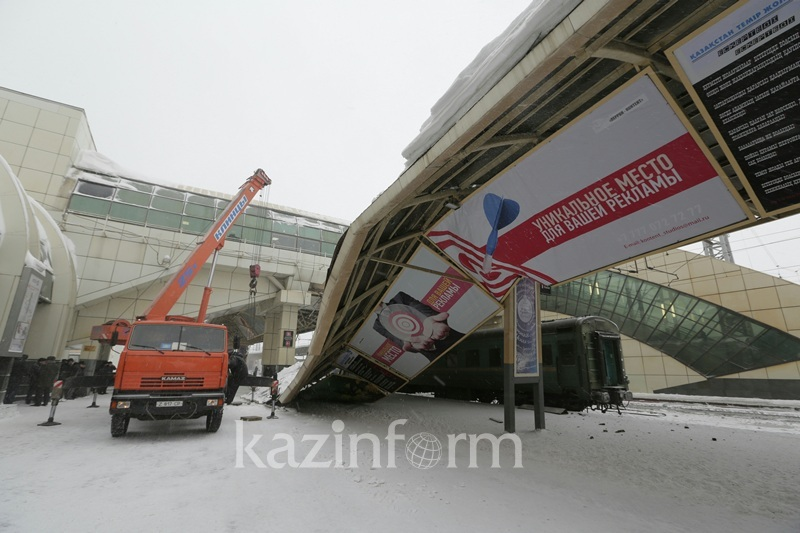 На столичном вокзале на поезд обрушилась конструкция