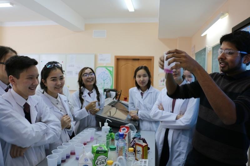 Студенты Массачусетского института преподают в Назарбаев школе Караганды