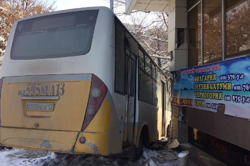 Шымкентте автобус ғимаратқа соқтығысып қалды