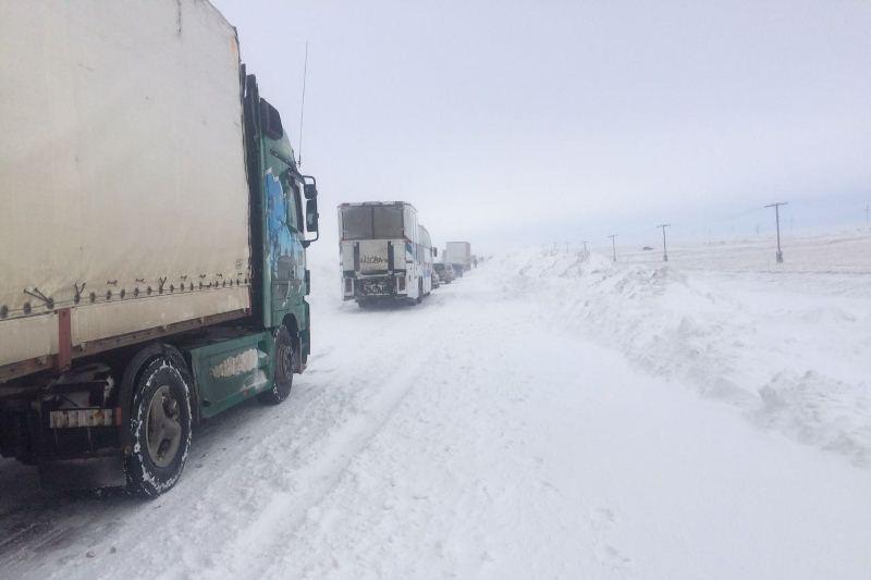 Более 200 человек застряли на трассе в Павлодарской области из-за закрытия дорог